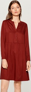 Czerwona sukienka Mohito z dekoltem w kształcie litery v koszulowa