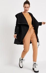 Czarny płaszcz Diverse