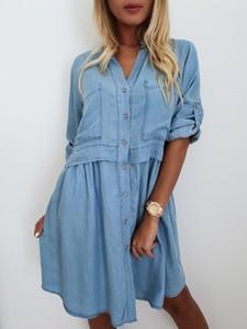Niebieska sukienka butiklatika.pl z krótkim rękawem z dekoltem w kształcie litery v