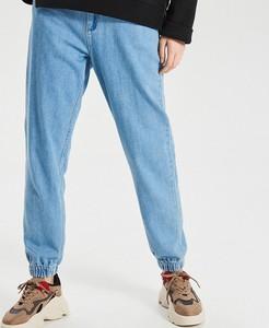 Niebieskie jeansy Cropp w street stylu
