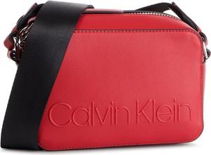 c757d2c779479 Czerwona torebka Calvin Klein na ramię w młodzieżowym stylu