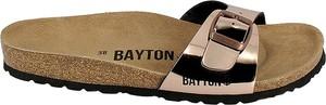 Złote klapki BAYTON ze skóry z płaską podeszwą
