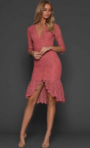 Różowa sukienka noshame midi w stylu casual z długim rękawem