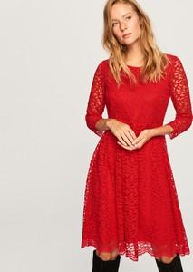 Czerwona sukienka Reserved z okrągłym dekoltem rozkloszowana z długim rękawem