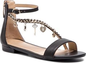 82135bdd8cdde9 Czarne sandały Guess ze skóry z płaską podeszwą w stylu casual