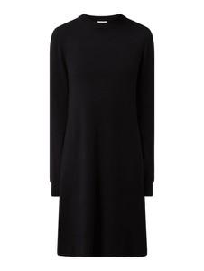Czarna sukienka Vila z okrągłym dekoltem