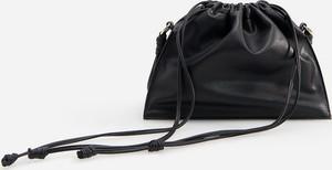 Czarna torebka Reserved na ramię w wakacyjnym stylu