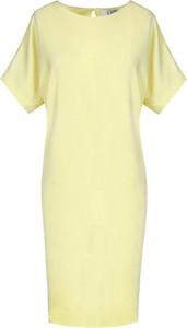 Żółta sukienka Fokus z dzianiny midi z okrągłym dekoltem