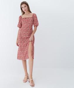 Czerwona sukienka Mohito midi z okrągłym dekoltem