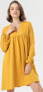 Żółta sukienka born2be z dekoltem w kształcie litery v