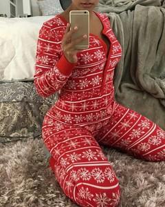 Czerwony kombinezon Kendallme w bożonarodzeniowy wzór