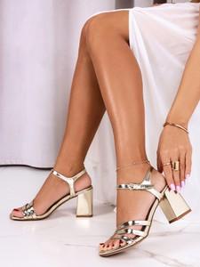Złote sandały Casu na średnim obcasie z klamrami