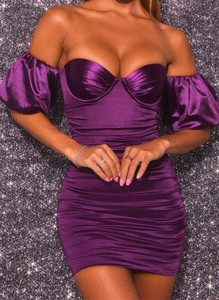 Fioletowa sukienka Arilook dopasowana mini