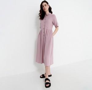 Różowa sukienka House koszulowa z długim rękawem midi