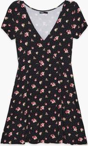 Sukienka Cropp w stylu casual mini z dekoltem w kształcie litery v