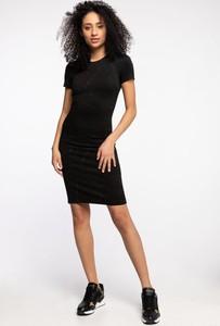 Czarna sukienka Guess z krótkim rękawem dopasowana