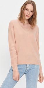 Różowy sweter House