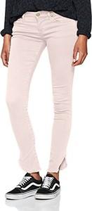 Różowe jeansy amazon.de w street stylu