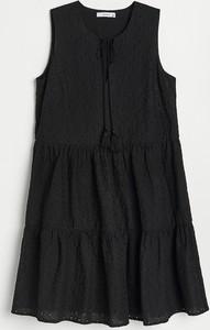 Czarna sukienka Reserved z okrągłym dekoltem w stylu casual