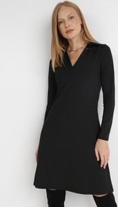 Czarna sukienka born2be z dzianiny z długim rękawem