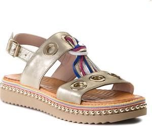 Sandały Carinii z klamrami z płaską podeszwą