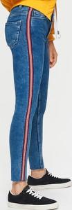 Niebieskie jeansy Cropp w młodzieżowym stylu