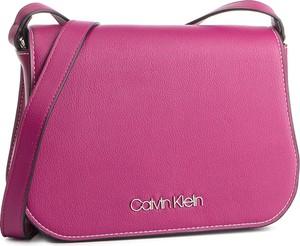 71f8c88109fc1 Różowa torebka Calvin Klein w młodzieżowym stylu