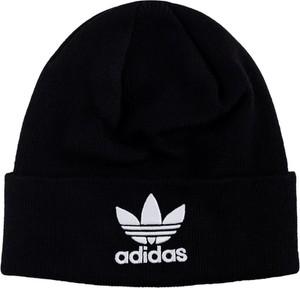 Czarna czapka Adidas w street stylu