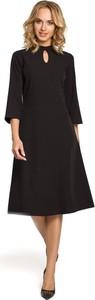 Czarna sukienka MOE trapezowa midi z dekoltem typu choker