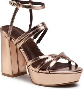 Brązowe sandały DeeZee z klamrami ze skóry ekologicznej