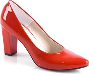 Czerwone czółenka calzado