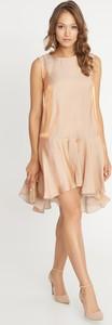 Różowa sukienka QUIOSQUE bez rękawów z okrągłym dekoltem mini