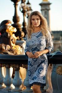Sukienka Poza prosta z okrągłym dekoltem
