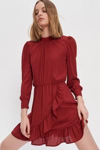 Czerwona sukienka House z okrągłym dekoltem