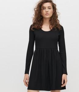 Czarna sukienka Reserved z dzianiny