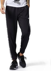 Czarne spodnie New Balance z dresówki w sportowym stylu