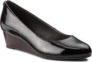 Czarne czółenka Clarks w stylu glamour na koturnie