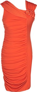 Pomarańczowa sukienka Fokus z asymetrycznym dekoltem w stylu etno dopasowana