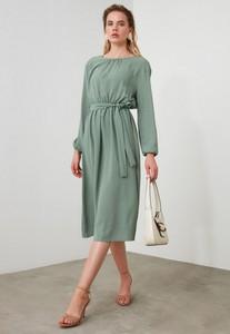 Sukienka Trendyol z długim rękawem z okrągłym dekoltem midi