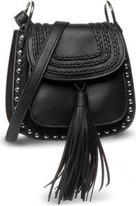 Czarna torebka eobuwie.pl z frędzlami zdobiona na ramię
