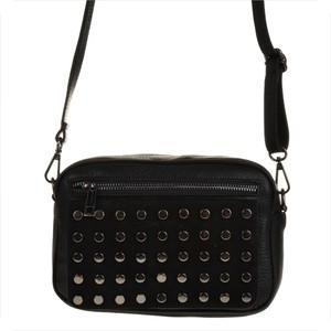Czarna torebka Vera Pelle w młodzieżowym stylu z aplikacjami na ramię