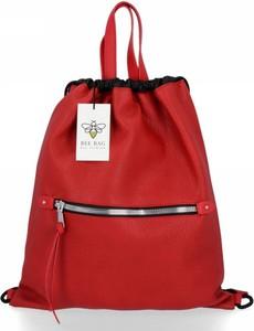 Czerwona torebka Bee Bag lakierowana w stylu glamour na ramię