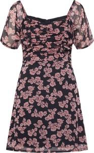 Sukienka Missguided w stylu casual z krótkim rękawem z dekoltem w kształcie litery v