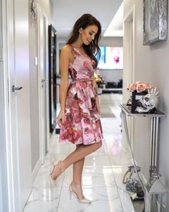 Różowa sukienka Kartes-moda midi z dekoltem w kształcie litery v bez rękawów