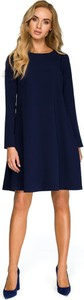 Niebieska sukienka Merg trapezowa z długim rękawem z okrągłym dekoltem