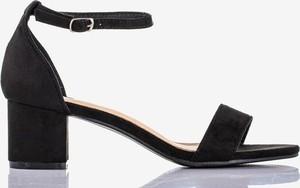 Czarne sandały Royalfashion.pl z klamrami na słupku na niskim obcasie
