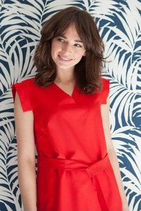 Czerwona sukienka butik-choice.pl z dekoltem w kształcie litery v w stylu casual
