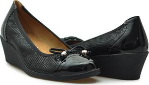 Czółenka Caprice z okrągłym noskiem w stylu klasycznym na koturnie
