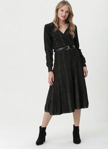 Czarna sukienka born2be z dekoltem w kształcie litery v z długim rękawem kopertowa