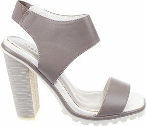 Sandały Reserved z klamrami